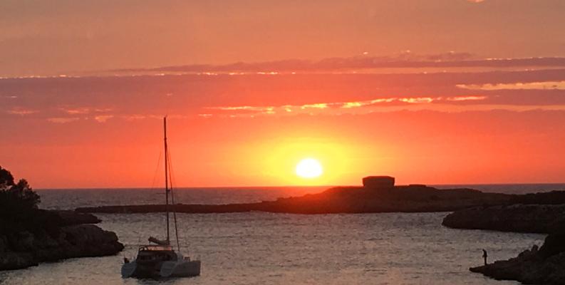 Katamaran fährt übers Meer in den Sonnenuntergang